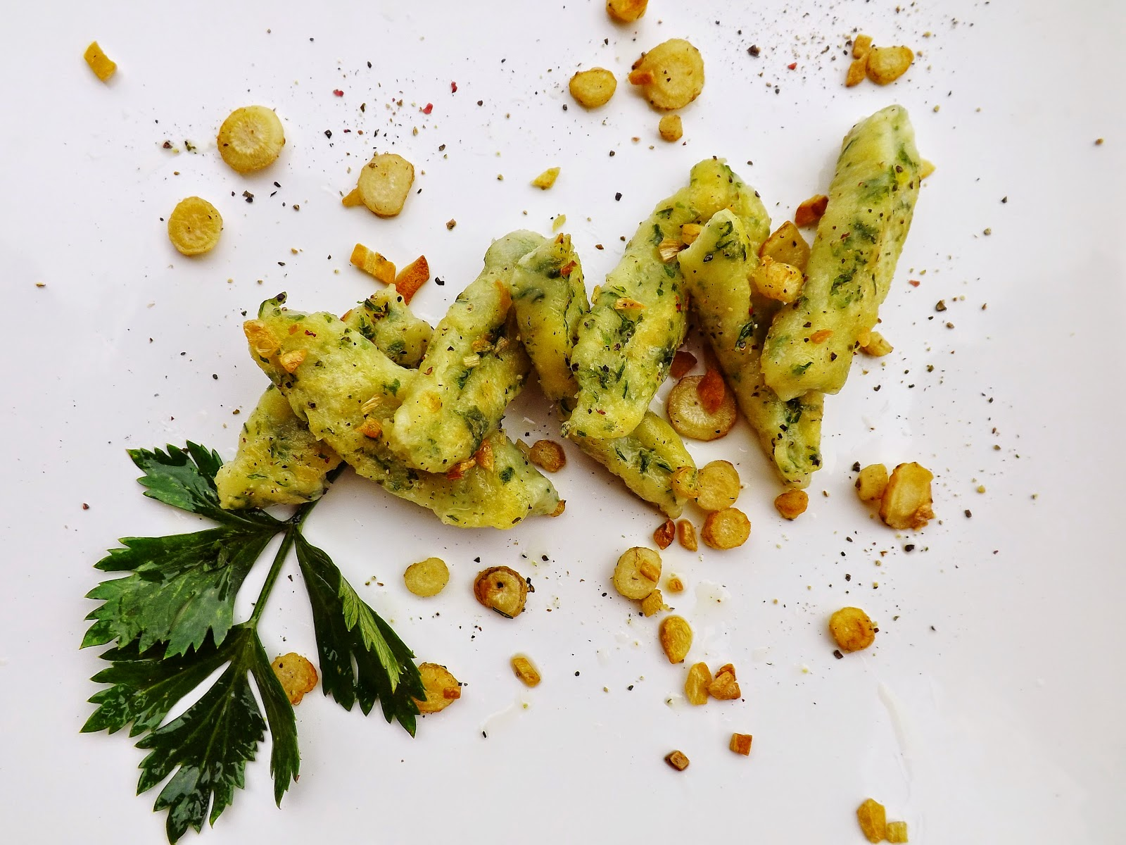 Zielone kopytka smażone z pietruszką i czosnkiem