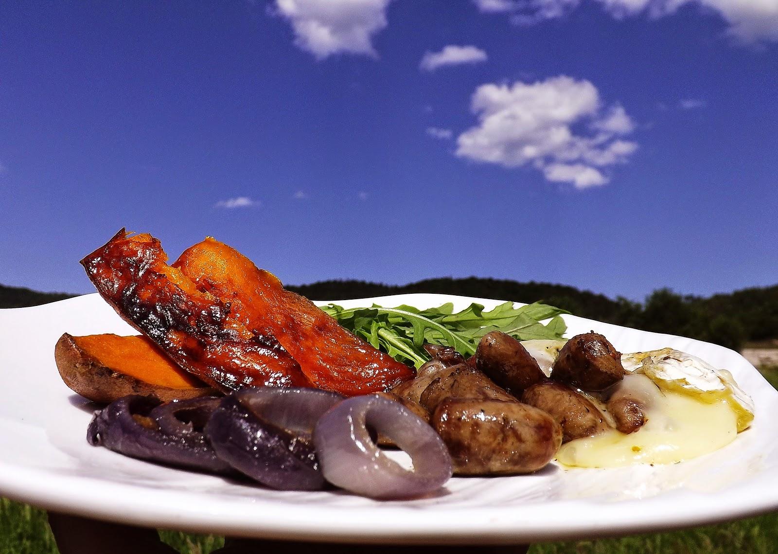 Grillowany batat z cebulą czerwoną i sercami z kurczaka w serze camembert