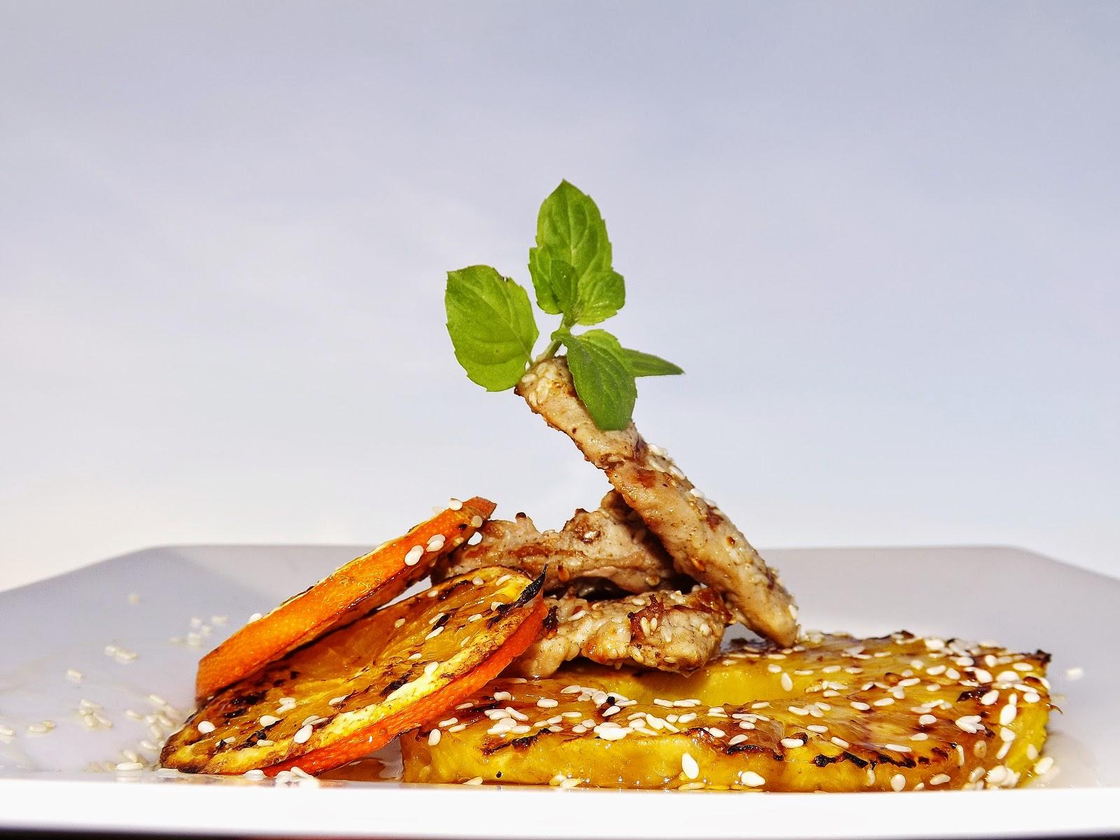 Polędwiczki pieprzowo – sezamowe z owocami w syropie z agawy