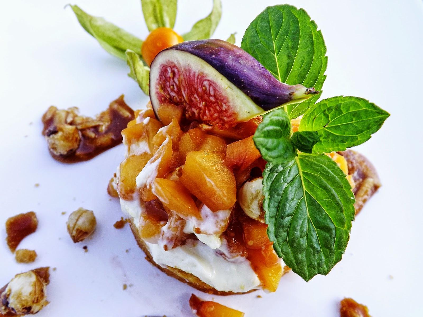 Krążek biszkoptowy z serkiem i smażonymi owocami