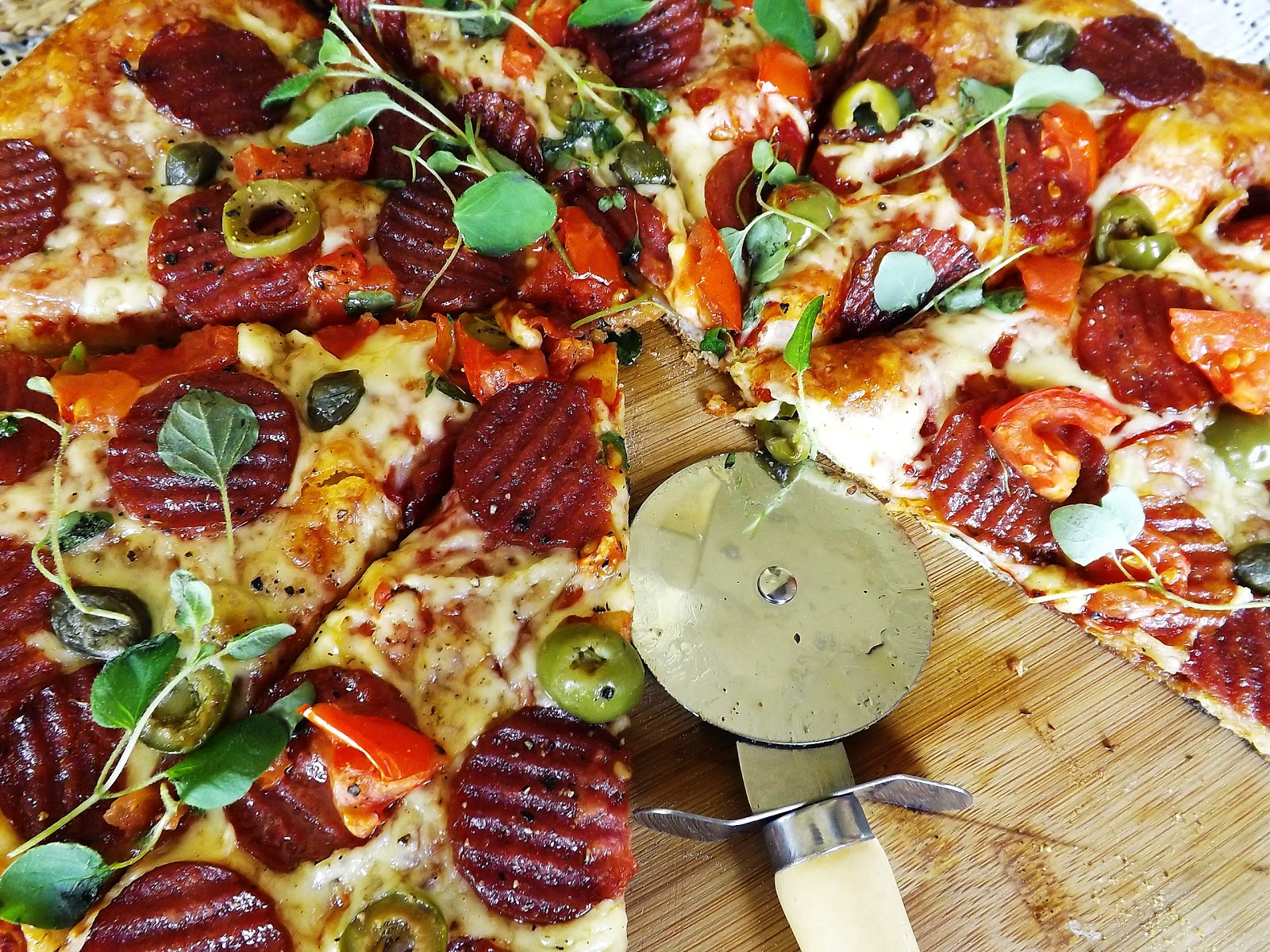 Pizza  z chipsami z salami