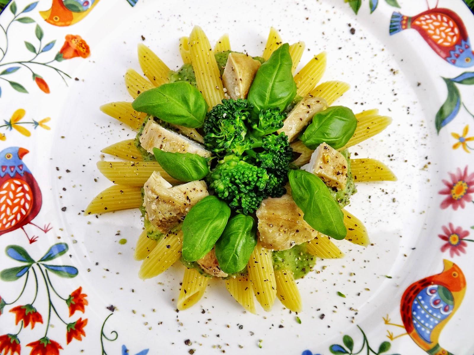 Słoneczne penne z sosem brokułowym i kurczakiem cytrynowym