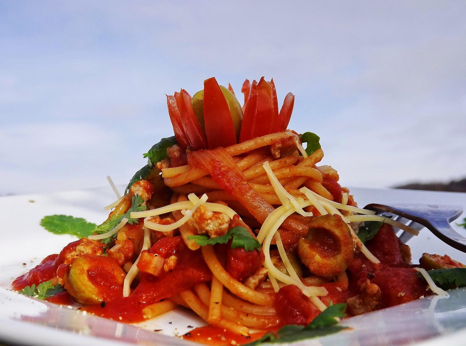 Czerwone spaghetti z kawałkami pomidorów