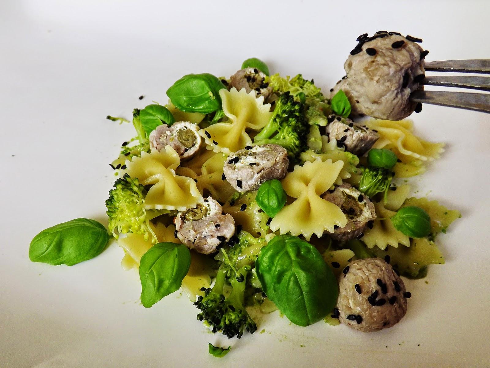 Farfalle w pesto z brokułami i kulkami z polędwiczki