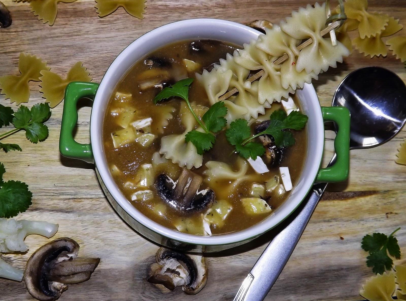 Zupa kalafiorowa z farfalle, pieczarkami i camembert