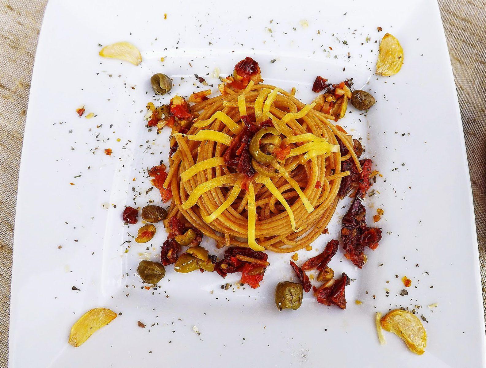 Makaron razowy w ostrych pomidorach