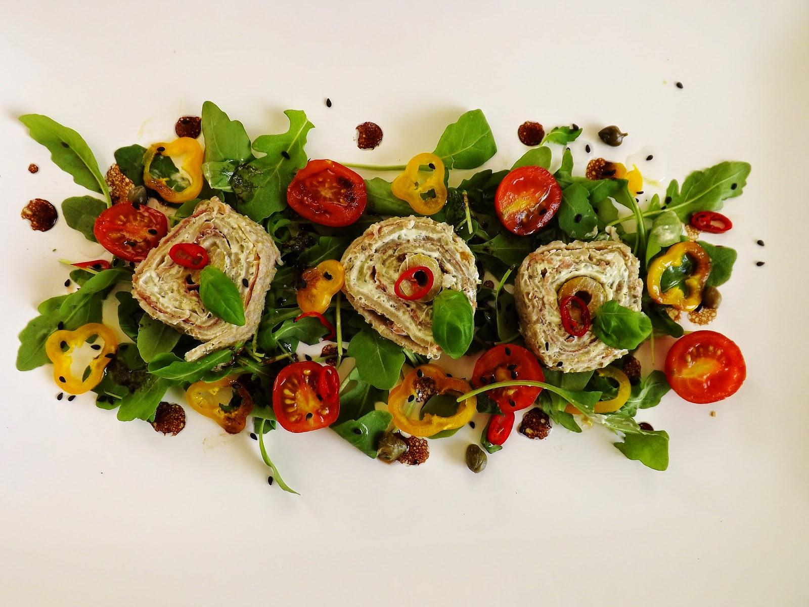 Ostra sałatka z naleśnikową roladą z serka kremowego, szynki i oliwek