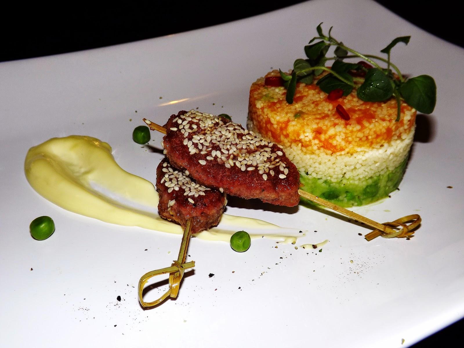Kuskus trójkolorowy z wołowiną w sezamie