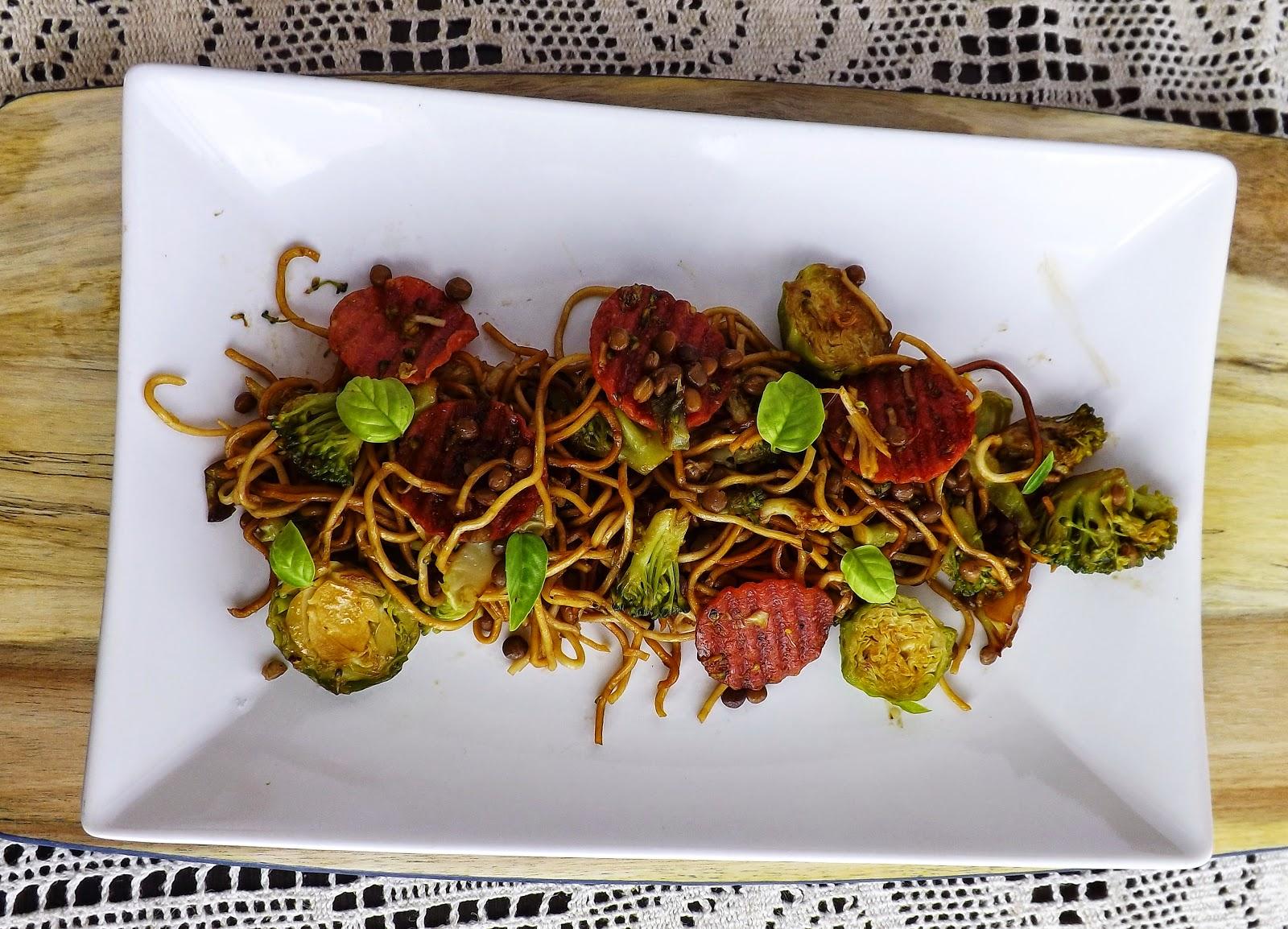 Makaron chiński z warzywami i chipsami z salami