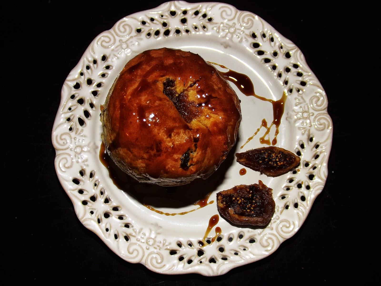 Bułeczki drożdżowe z rodzynkami i wsadzonymi w środek figami