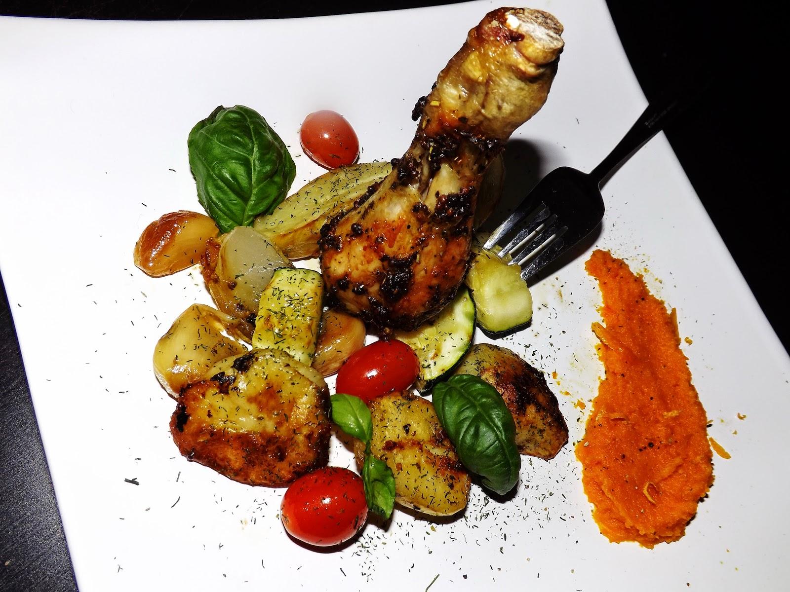 Ziołowe podudzia z pieczonymi warzywami i puree z marchewki