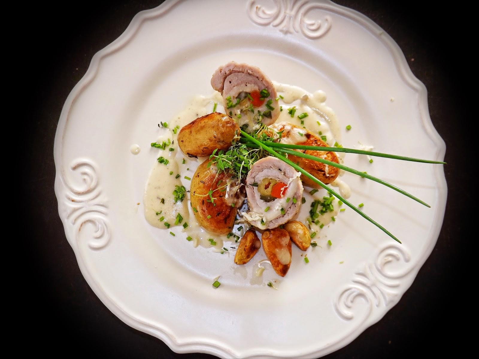 Duszone ziemniaki z roladą w sosie serowym