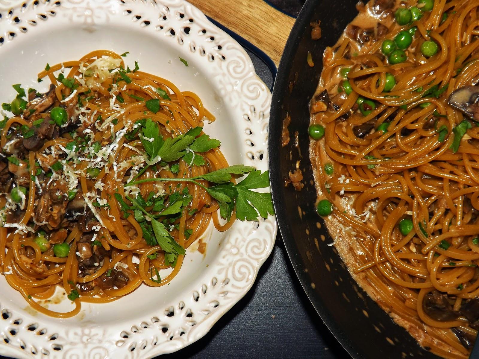 Spaghetti kremowe z pieczarkami i groszkiem