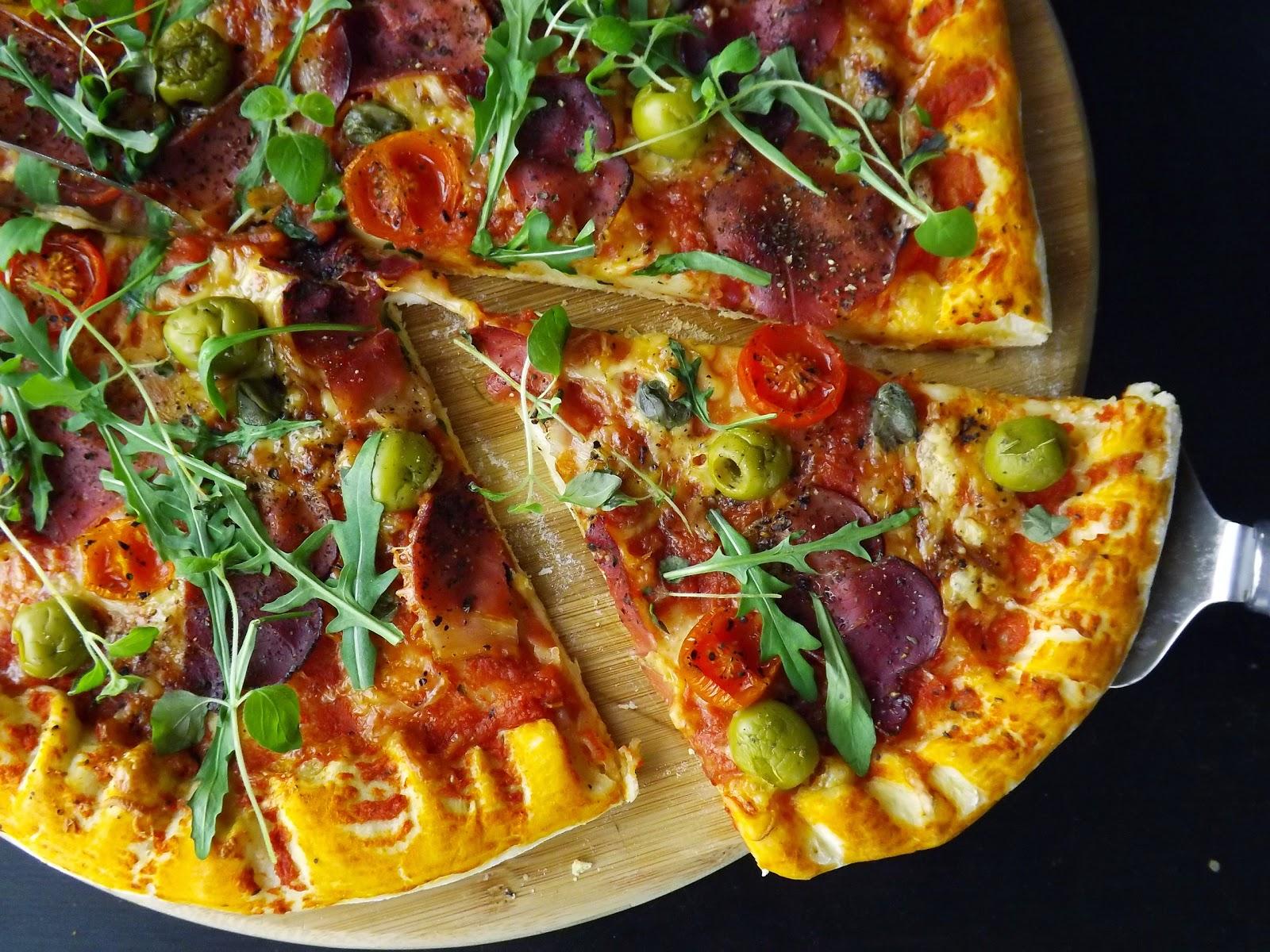 Pizza z szynką szwarcwaldzką z serowym brzegiem