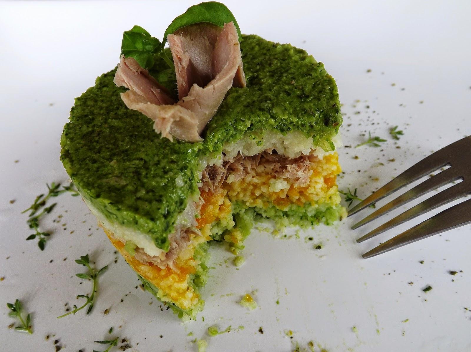 Tort z kuskusu, tuńczyka i pesto