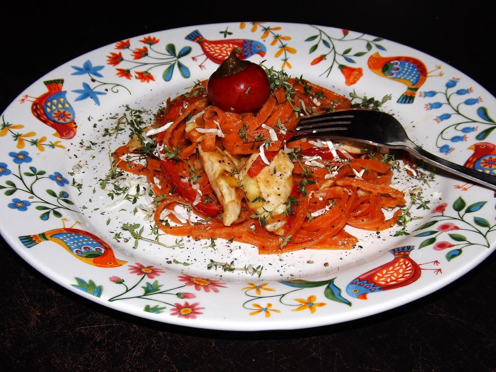 Tagliolini z polędwiczkami, papryką, porem i camembert