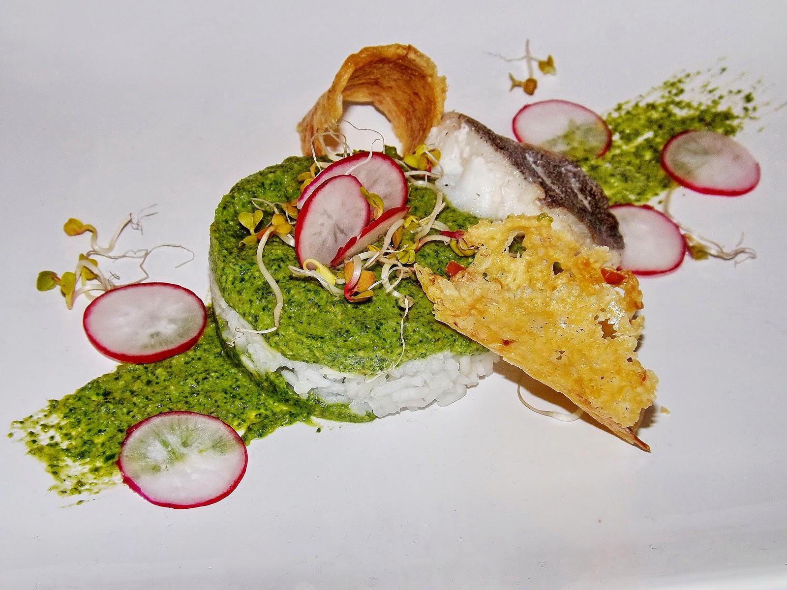 Ryż z dorszem na pesto z rukoli z dodatkiem rzodkiewki i chipsów serowych