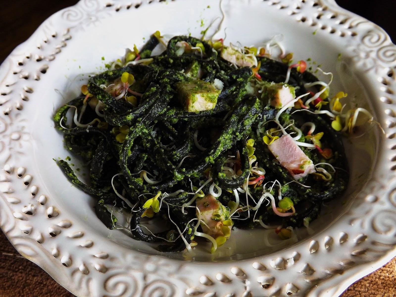 Czarny makaron z szynką w pesto z rukoli