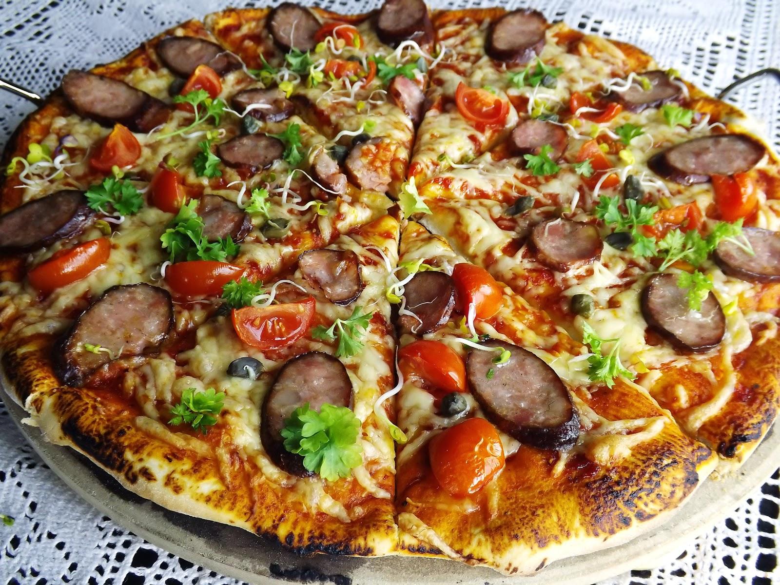 Pizza z kiełbasą wędzoną na grillu
