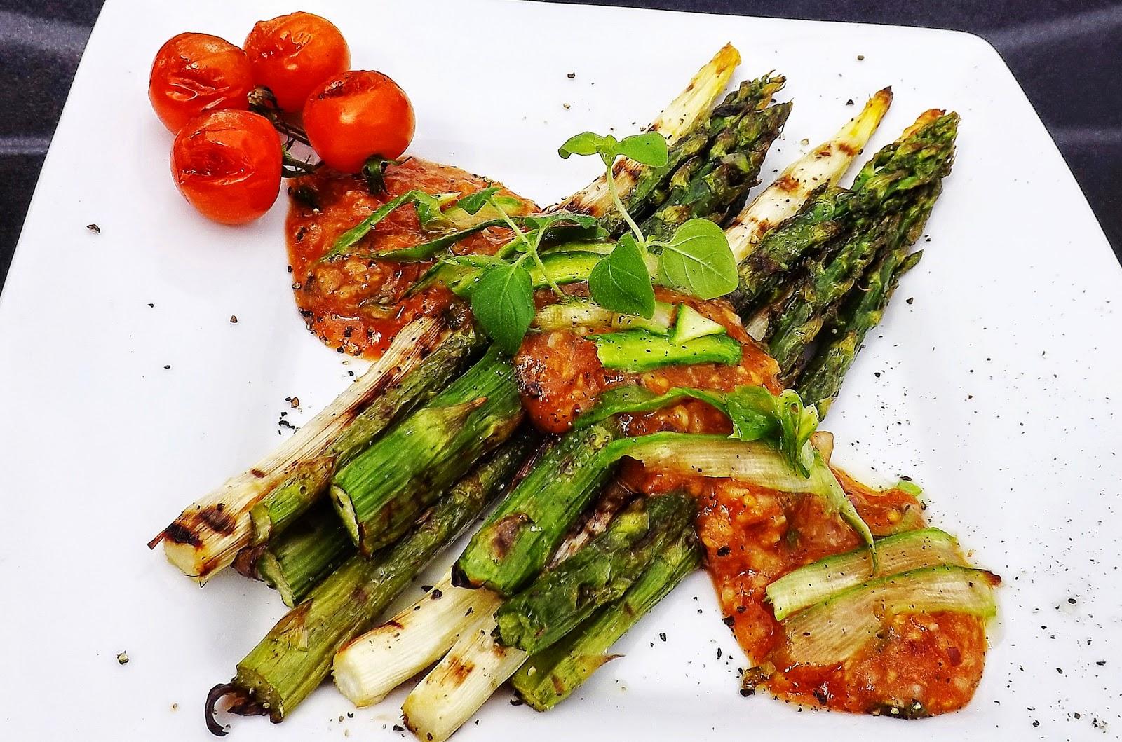 Szparagi z salsą z grillowanych pomidorków koktajlowych