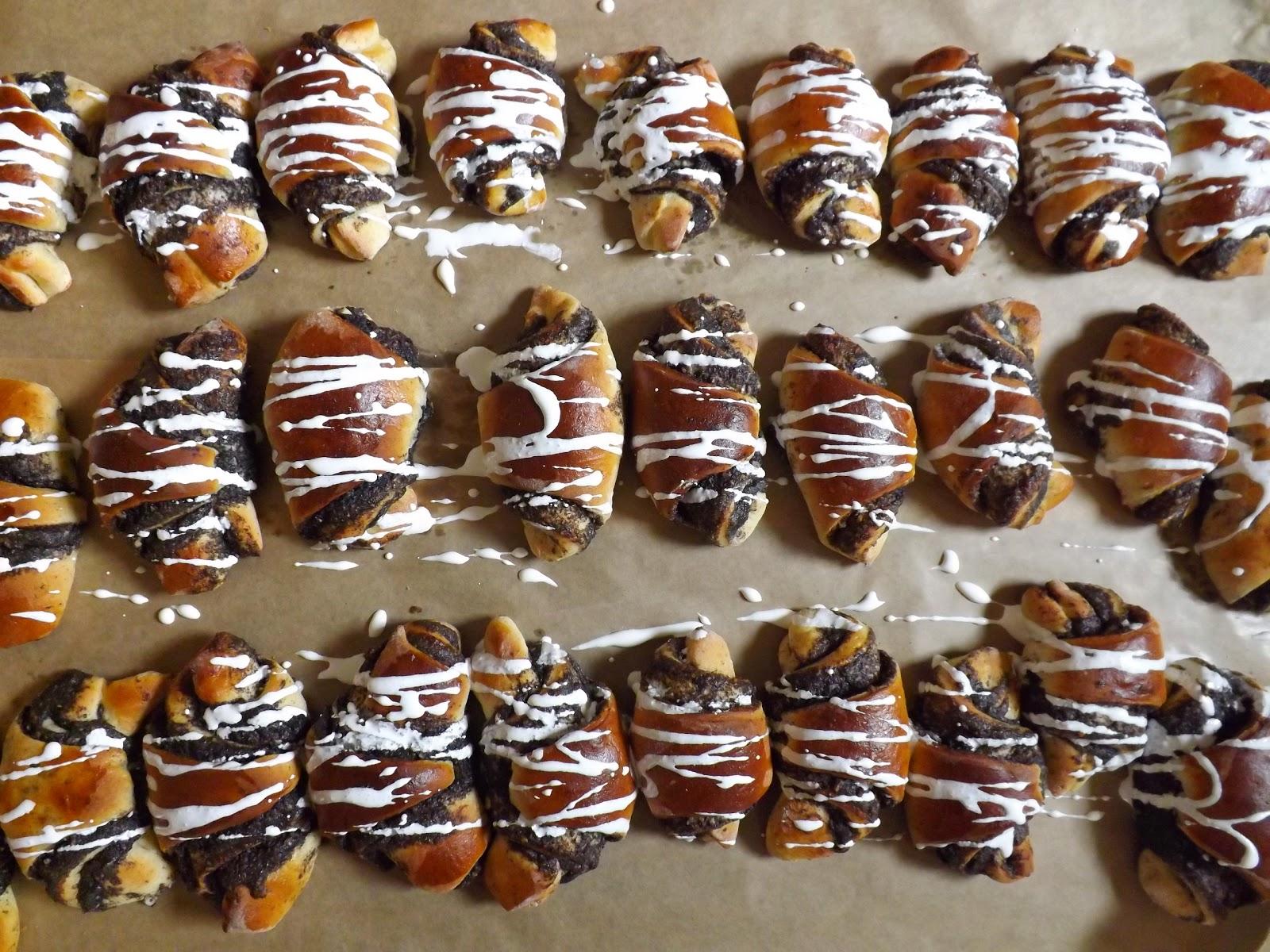 Rogaliki drożdżowe z masą makowo migdałową