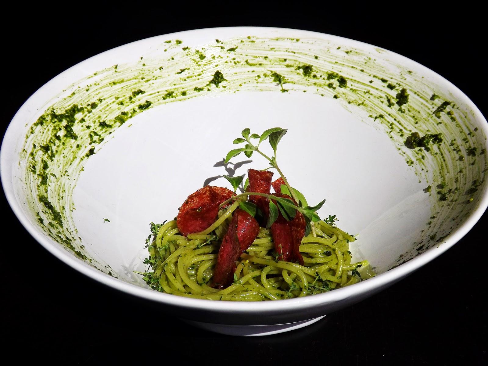 Zielone spaghetti z chipsami z salami
