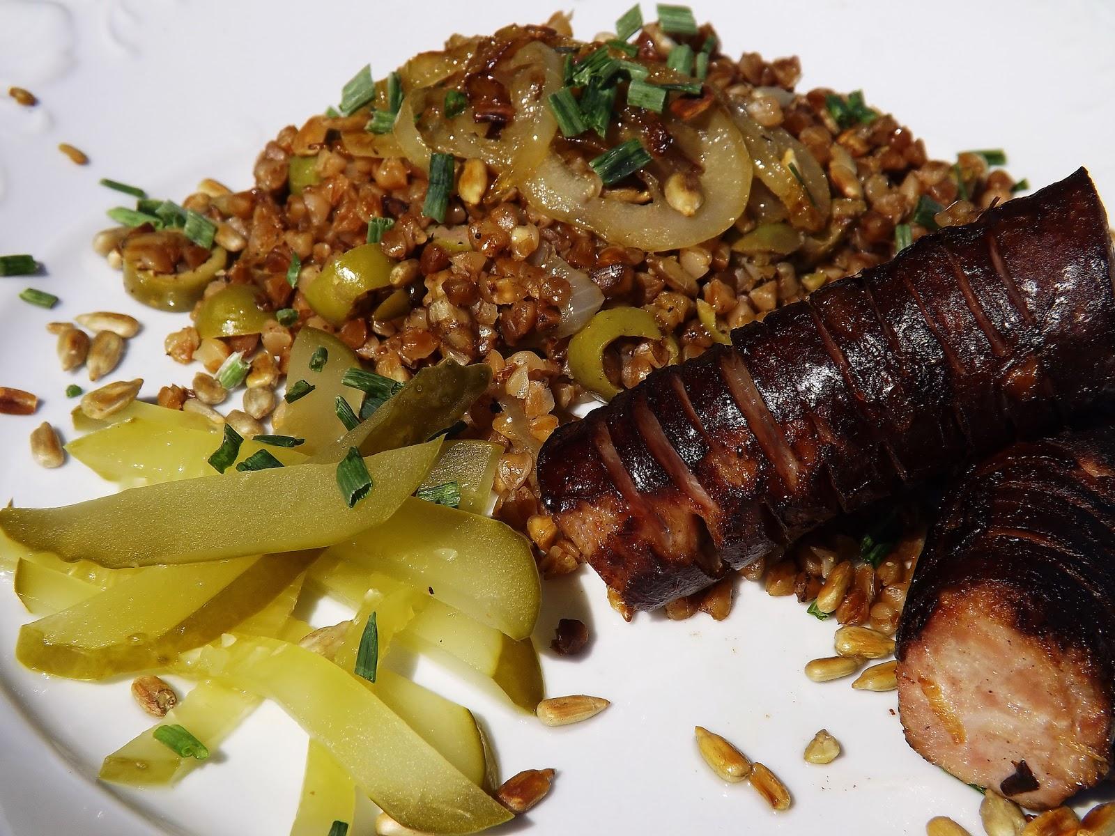 Kiełbasa duszona w cebuli z chrupiącą kaszą gryczaną