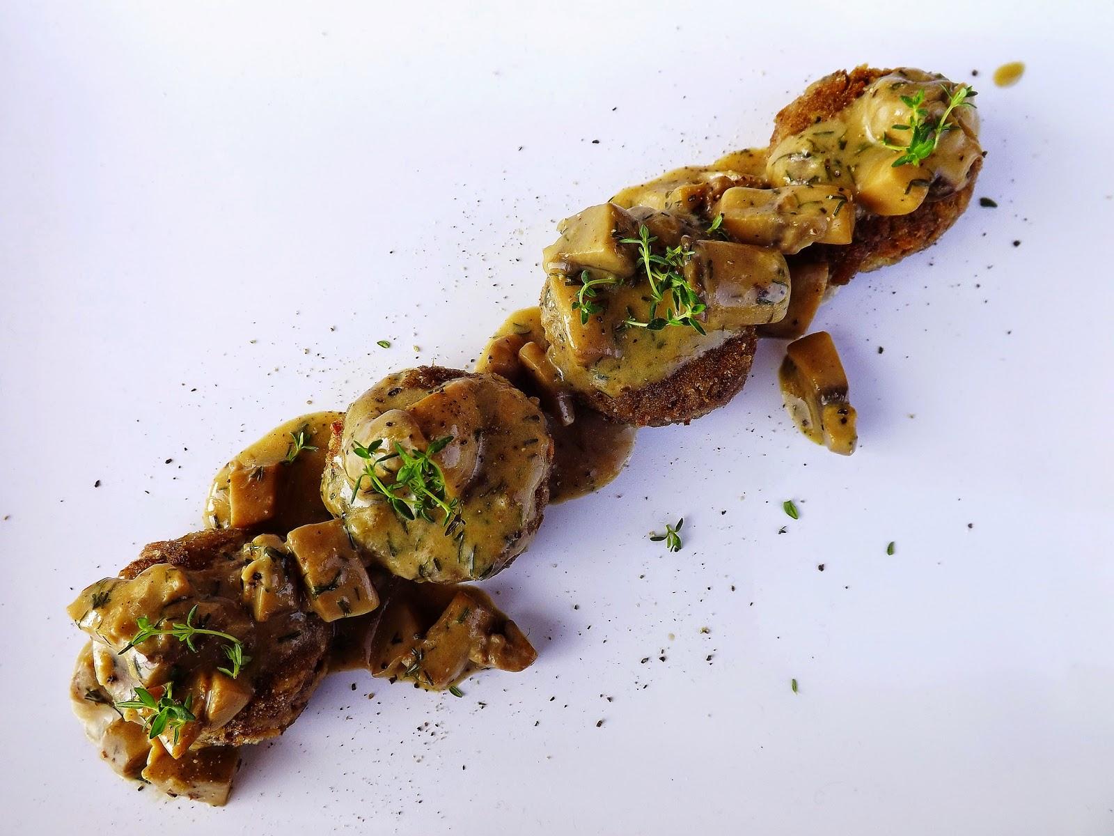 Kotleciki mięsno gryczane z sosem pieczarkowo koperkowym