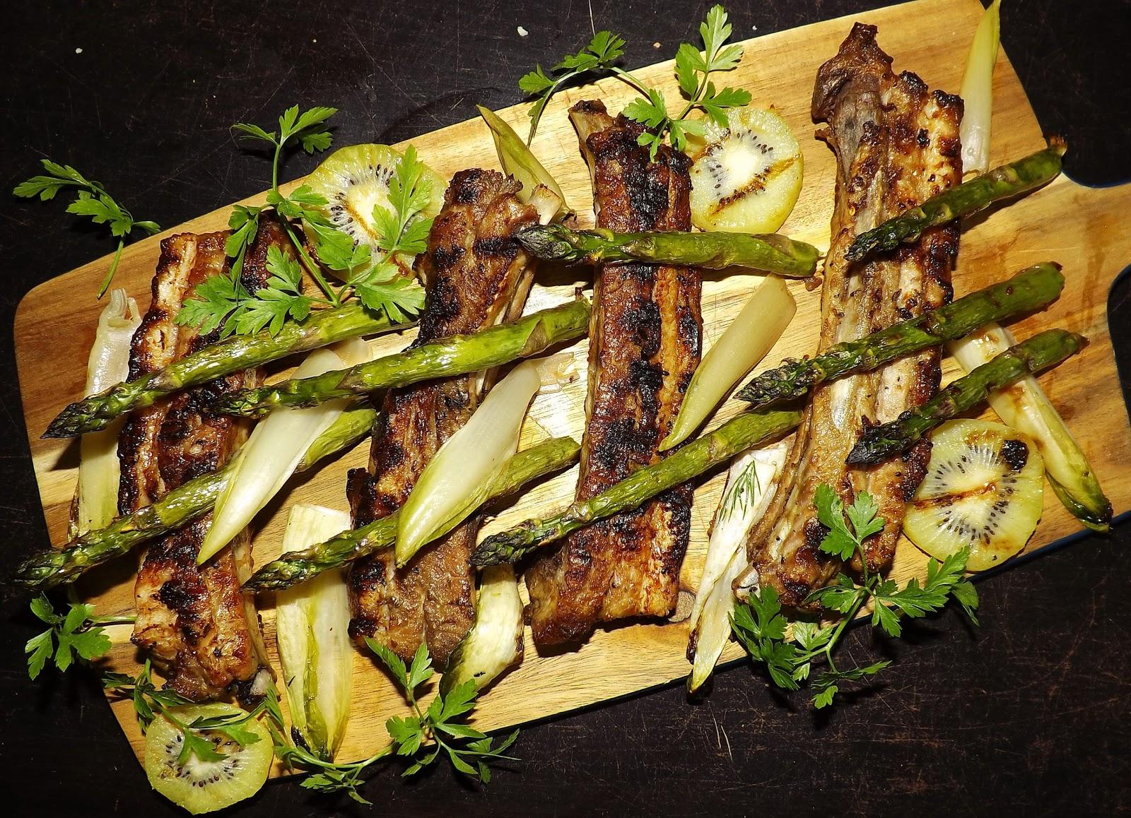 Grillowane żeberka w kiwi marynowane z cykorią i szparagami