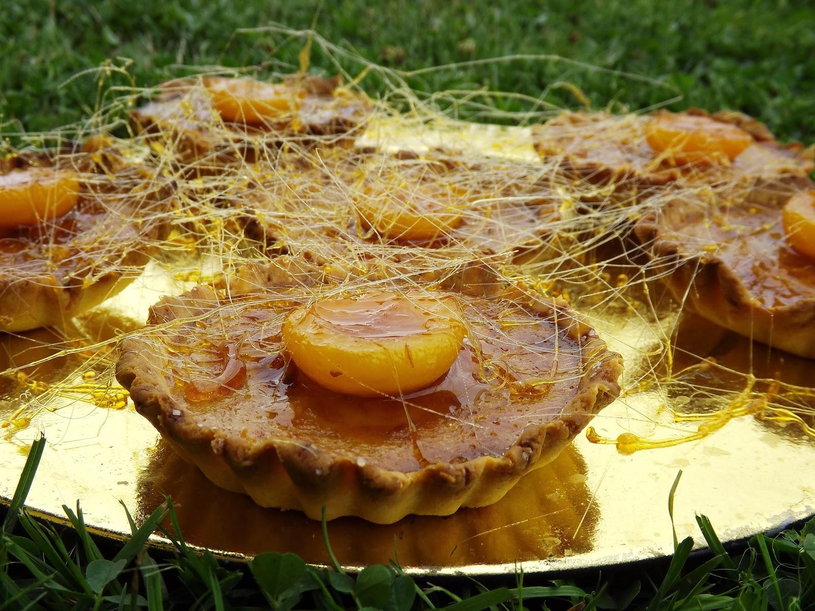 Mini tarty bananowe z morelami pod karmelową pajęczyną