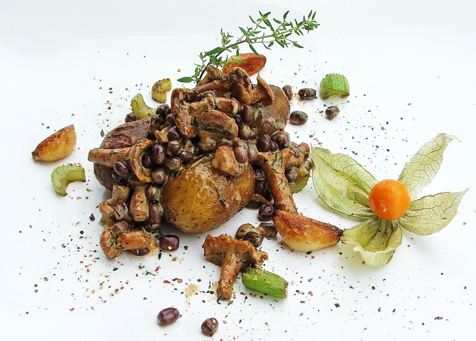 Duszone ziemniaki z sosem z kurek i fasolką adzuki