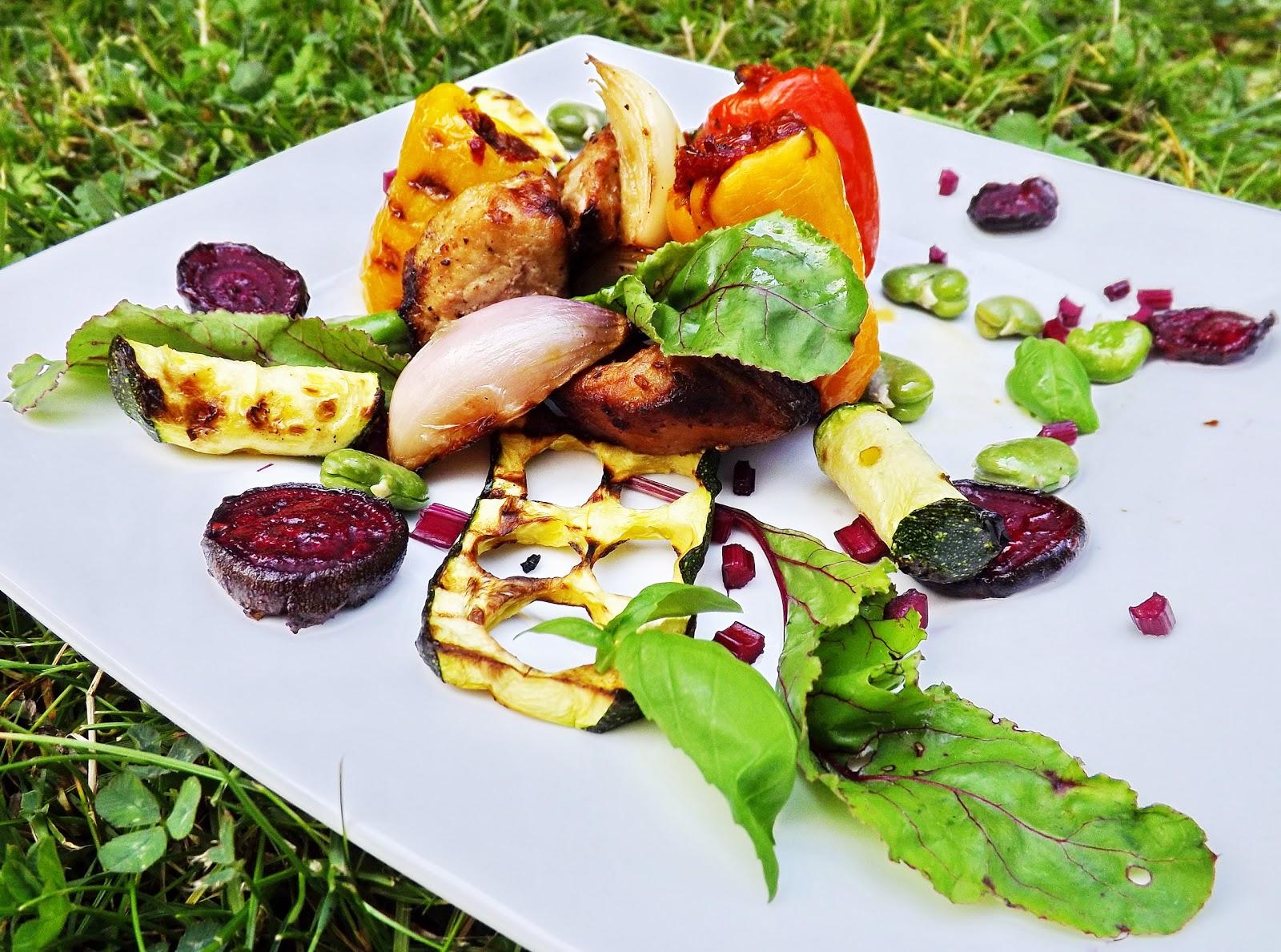 Grillowana wieprzowina z nadziewanymi papryczkami, cukinią, bobem i chipsami z buraka