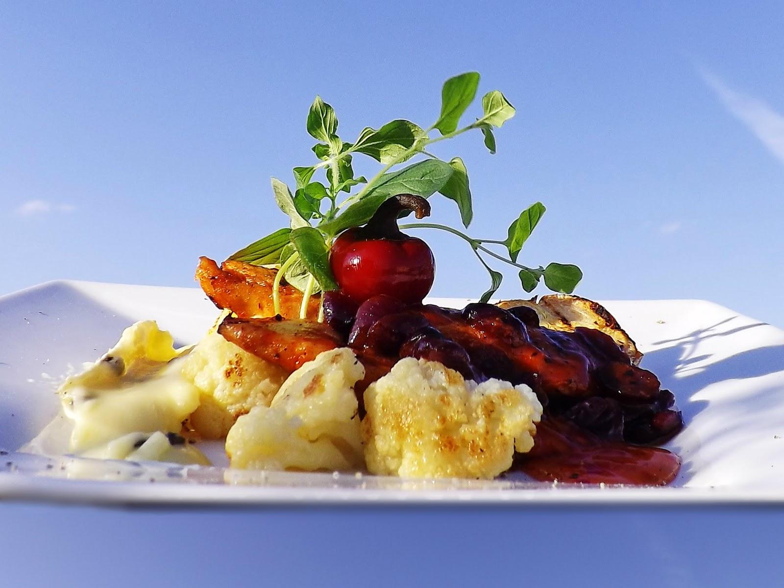 Grillowane polędwiczki z kurczaka w winnym sosie żurawinowym na kalafiorze