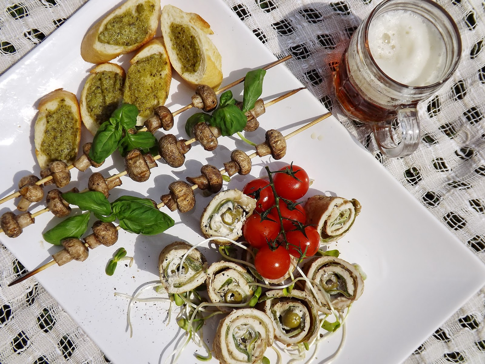 Grillowana rolada z kurczaka z kozim serem, oliwkami, cukinią podane z piwem marcowe