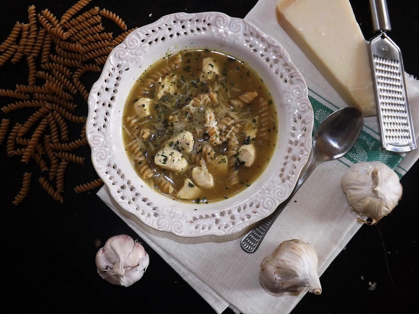 Zupa czosnkowa z kurczakiem i makaronem z pełnego przemiału