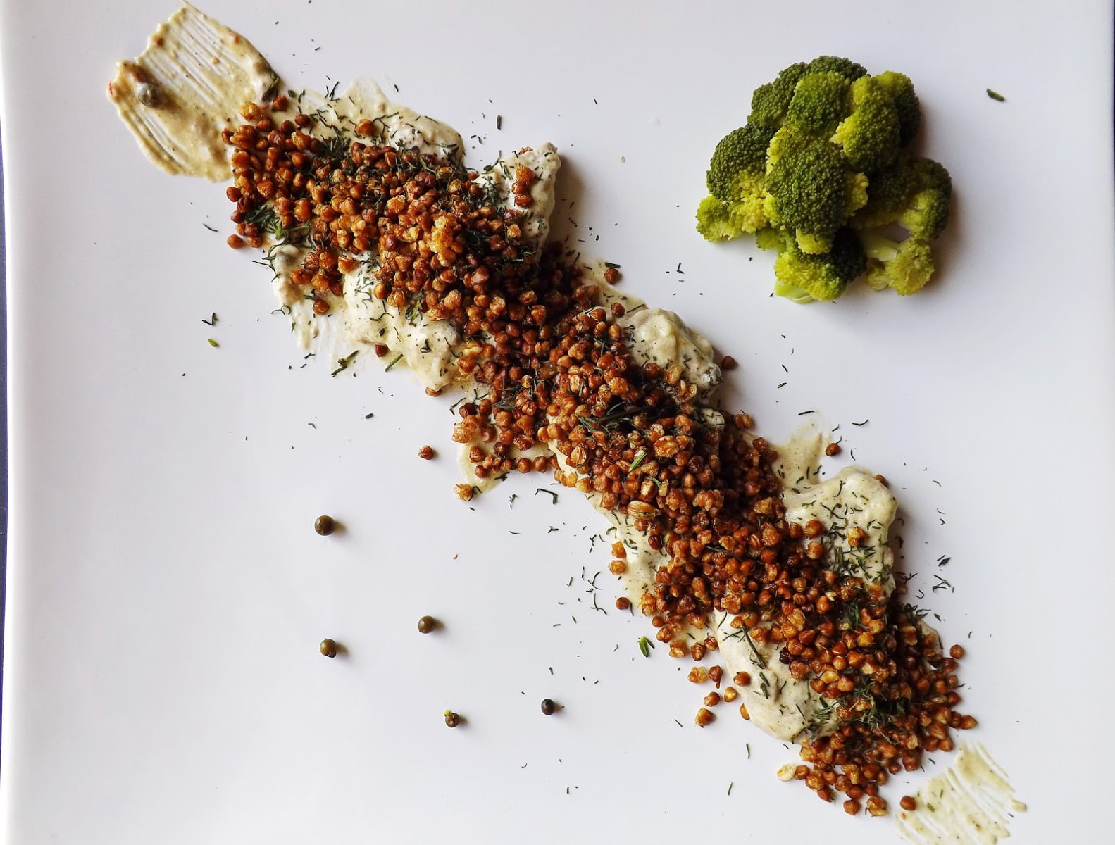Polędwiczki w sosie śmietanowo serowym o nucie czosnkowej z popcornem z kaszy gryczanej