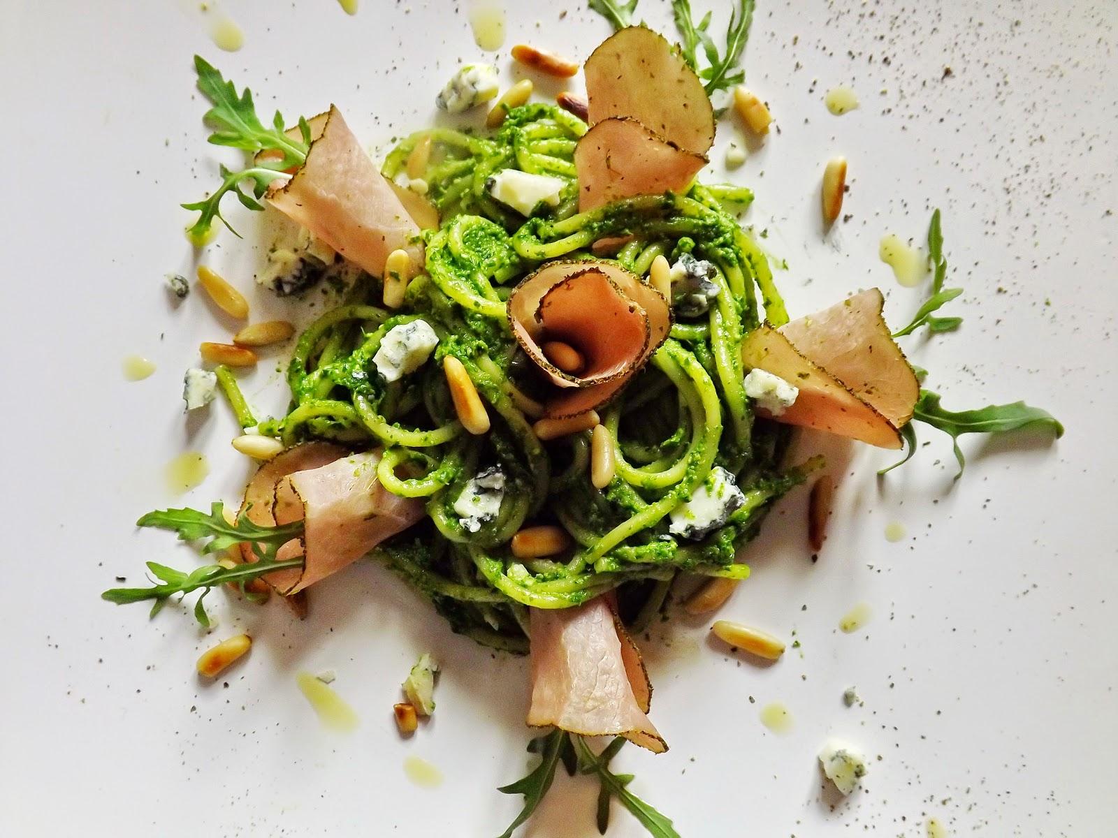 Spaghetti w pesto z rukoli, polędwicą z łososia i gorgonzolą