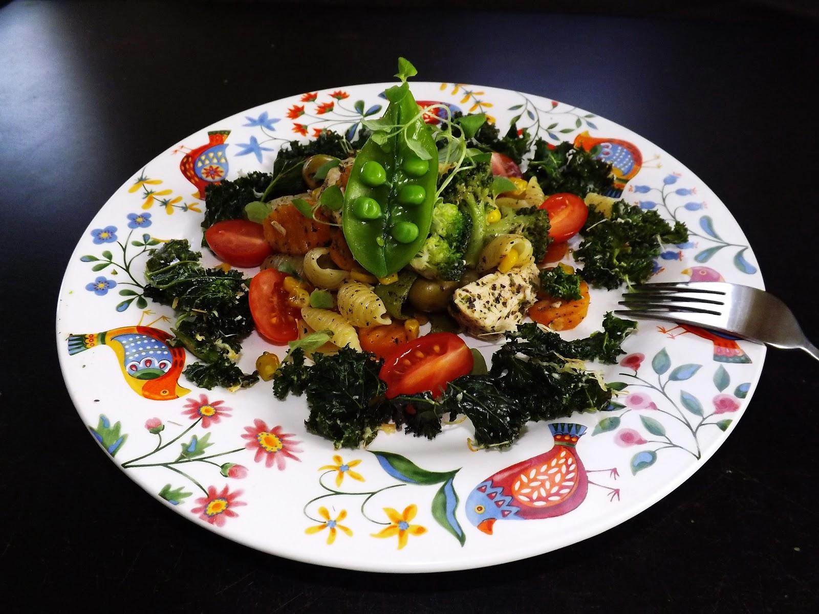 Włoski smak warzyw z kurczakiem, makaronem i chipsami z jarmużu