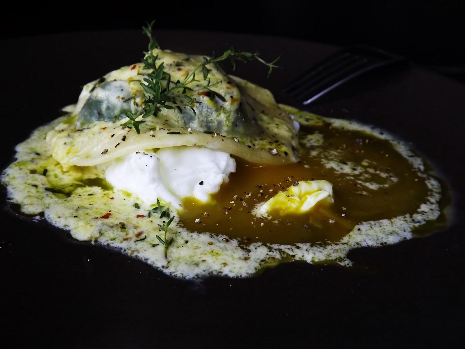 Ravioli ze szpinakiem i kozim serem na jajku z sosem cytrynowym
