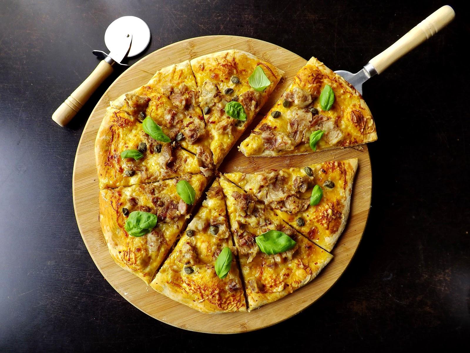 Pizza z golonką na ostro (ciasto pieprzowe)