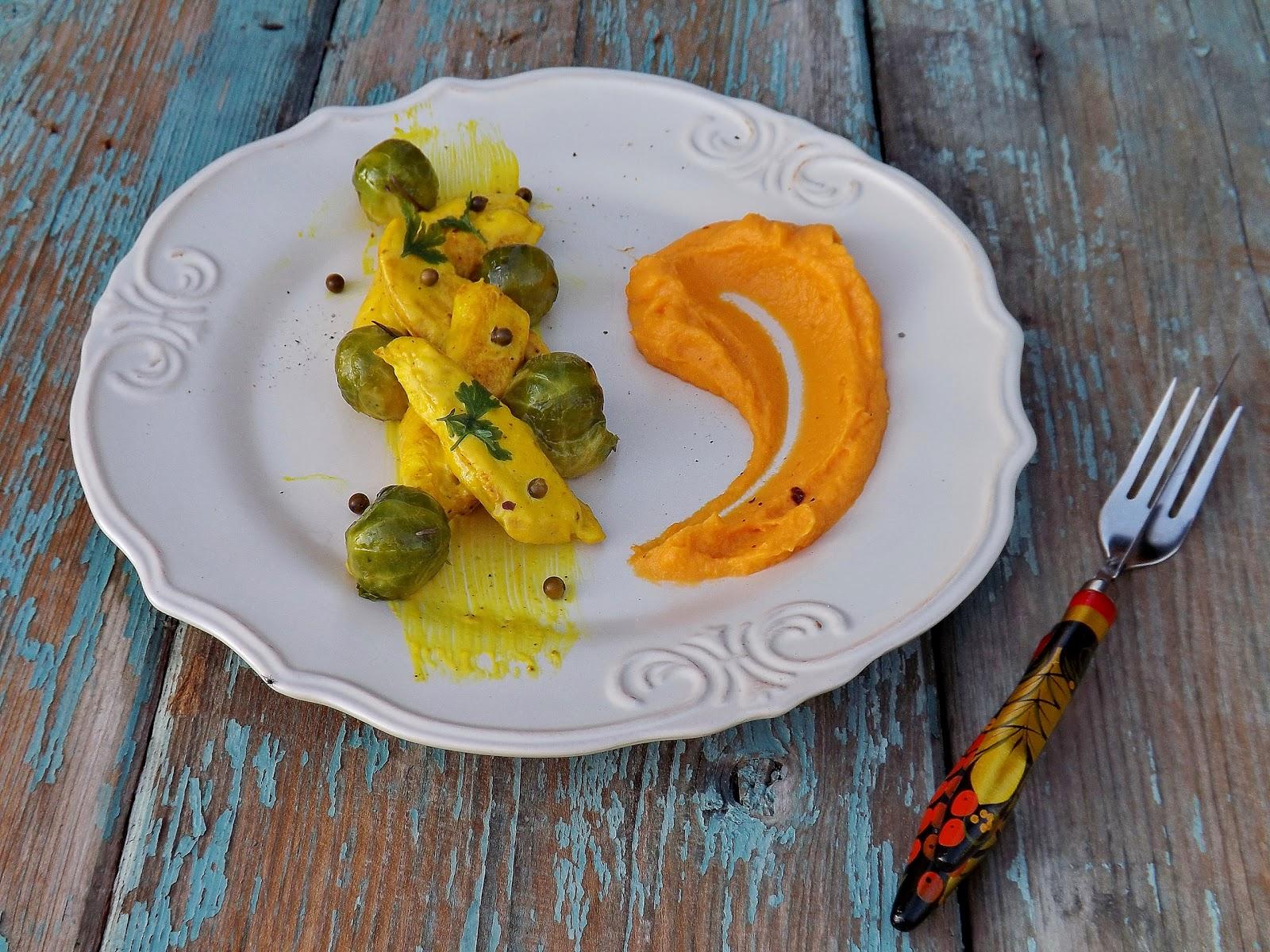 Puree z batatów z żółtym kurczakiem w sosie kremowym i duszoną brukselką