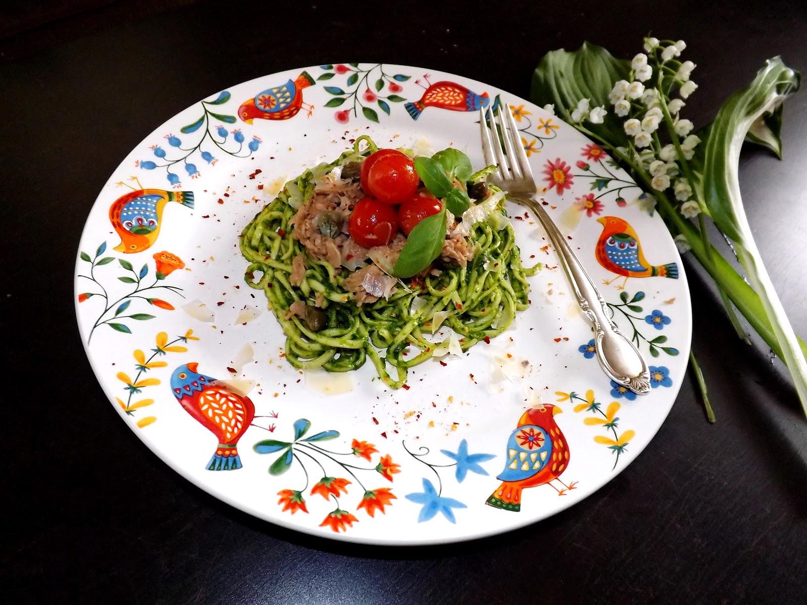 Makaron w pesto na oleju rzepakowym z tuńczykiem, kapary i pomidorkami