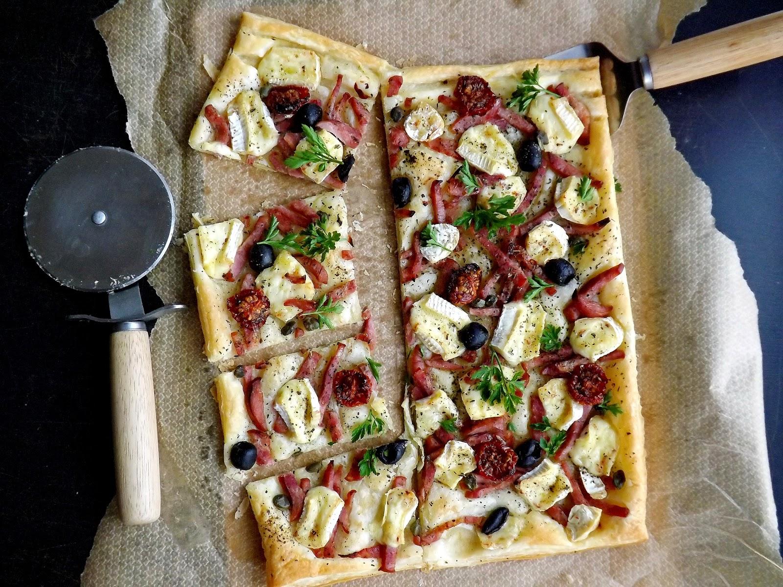"Pizza ""francuska"" z kiełbasą i camembert"