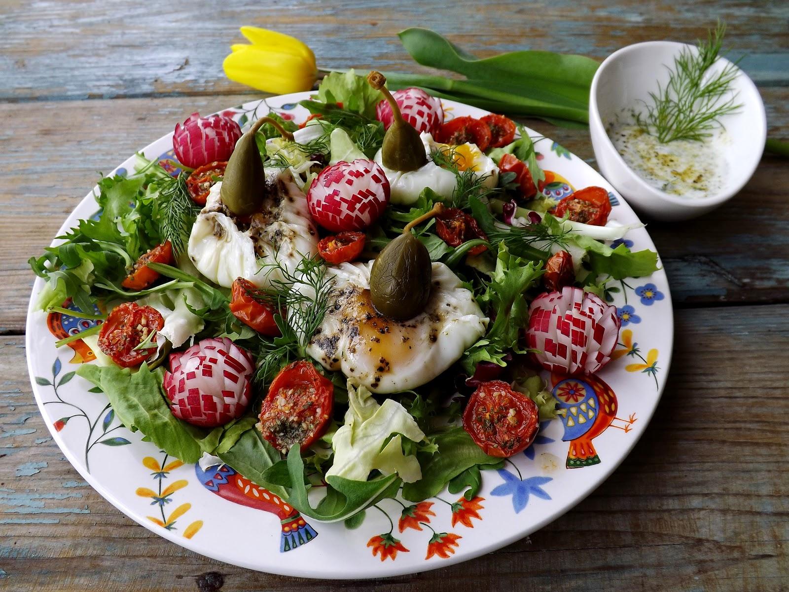 Wiosenna sałatka z sakiewkami z jajek i podsuszonymi pomidorkami