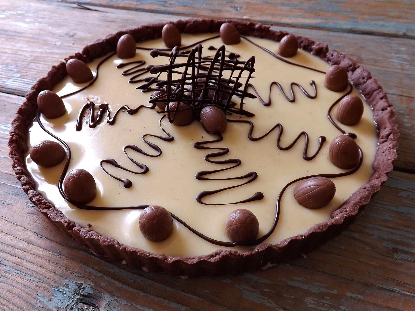 Tarta kakaowa z białą czekoladą i jajeczkami