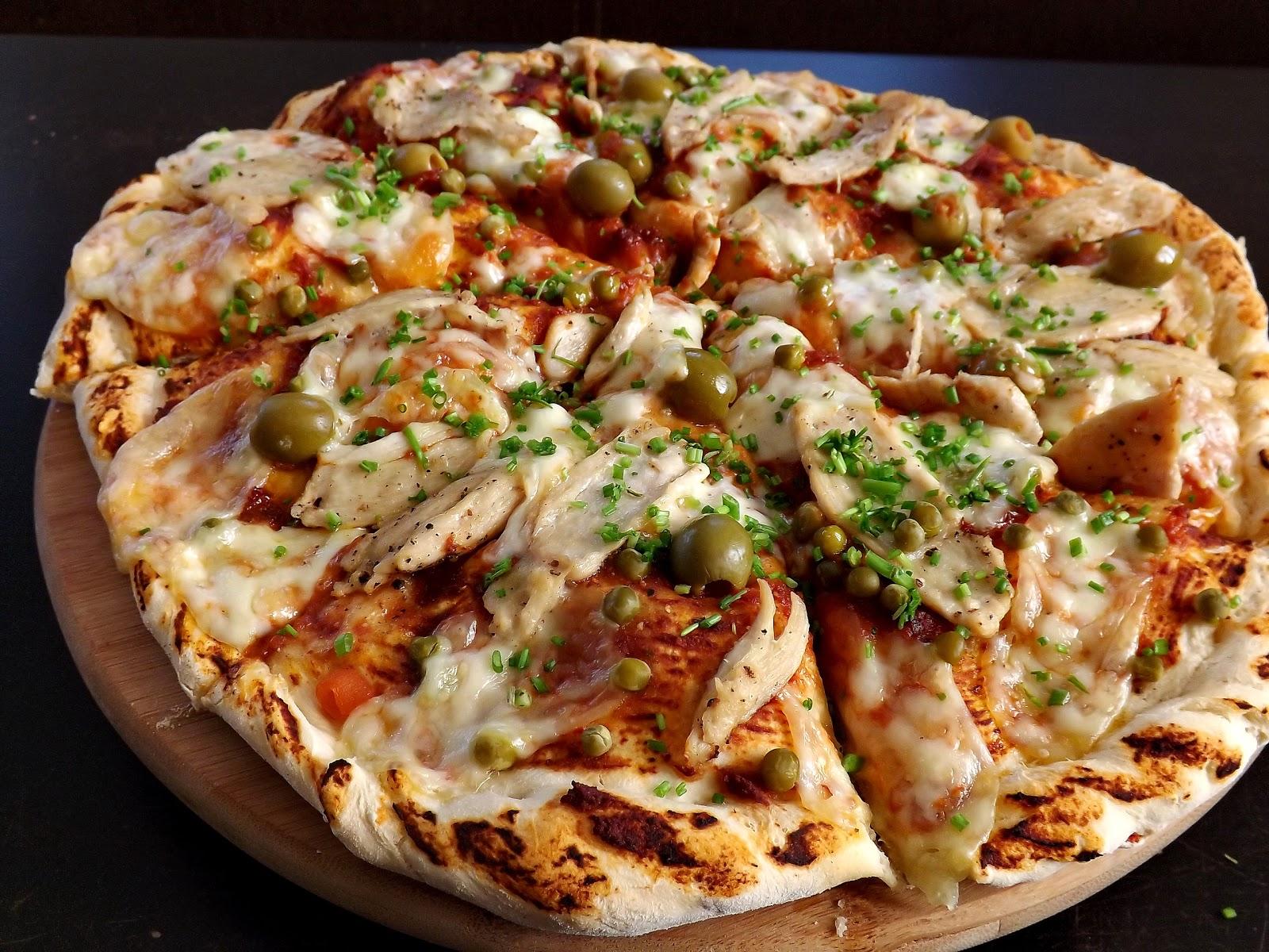 Pizza z mozzarellą i kurczakiem