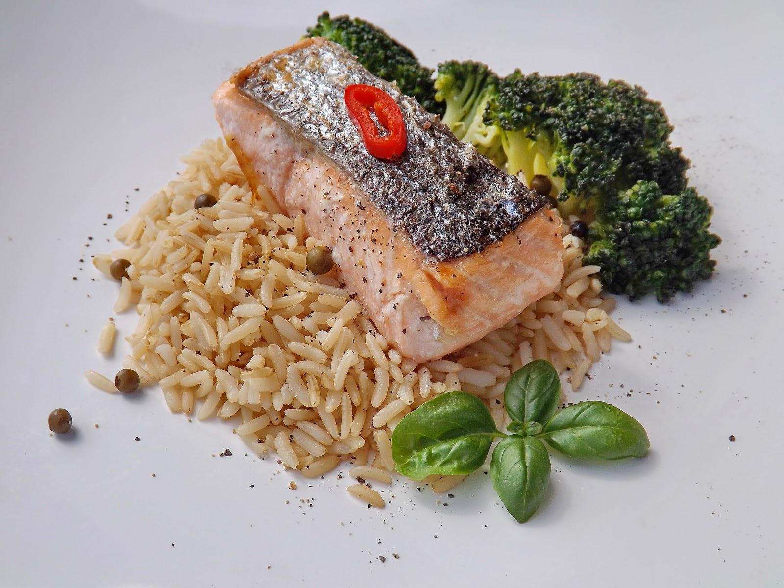 Ryż z cytrynowym łososiem i brokułami