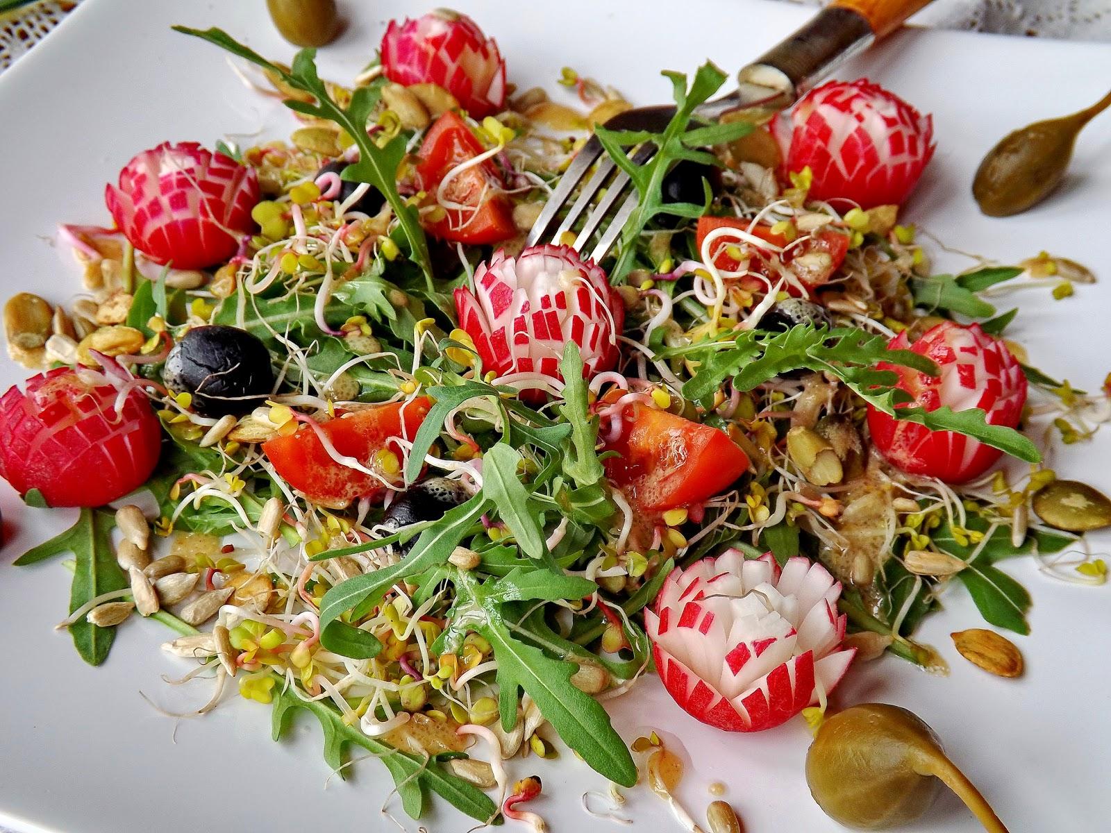 Kiełkująca sałatka z kwiatami z rzodkiewki