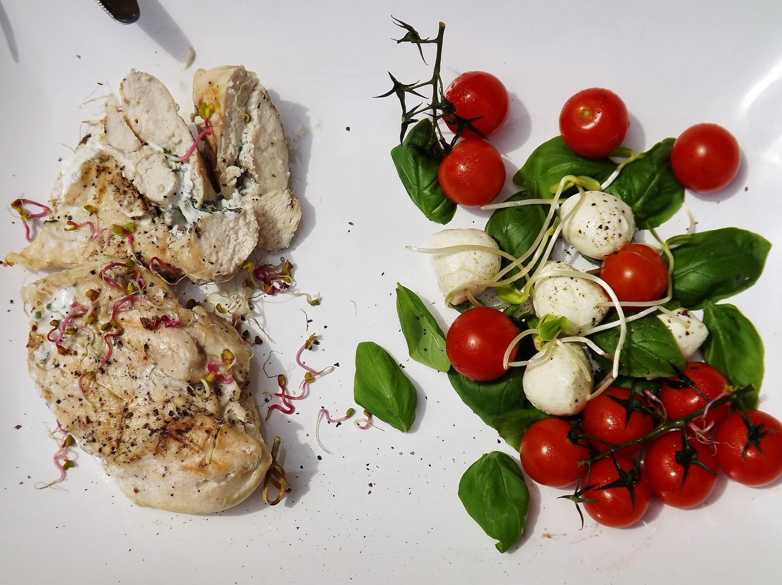 Grillowany kurczak nadziany serem kozim z sałatką z dodatkiem oleju rzepakowego