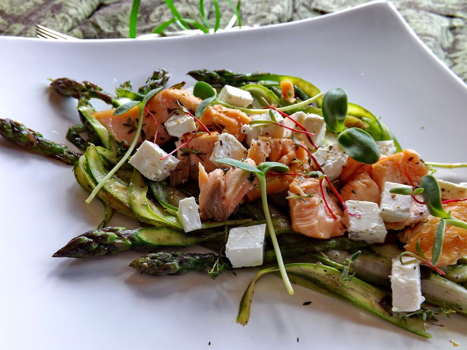 Szparagi z wędzonym łososiem i serem